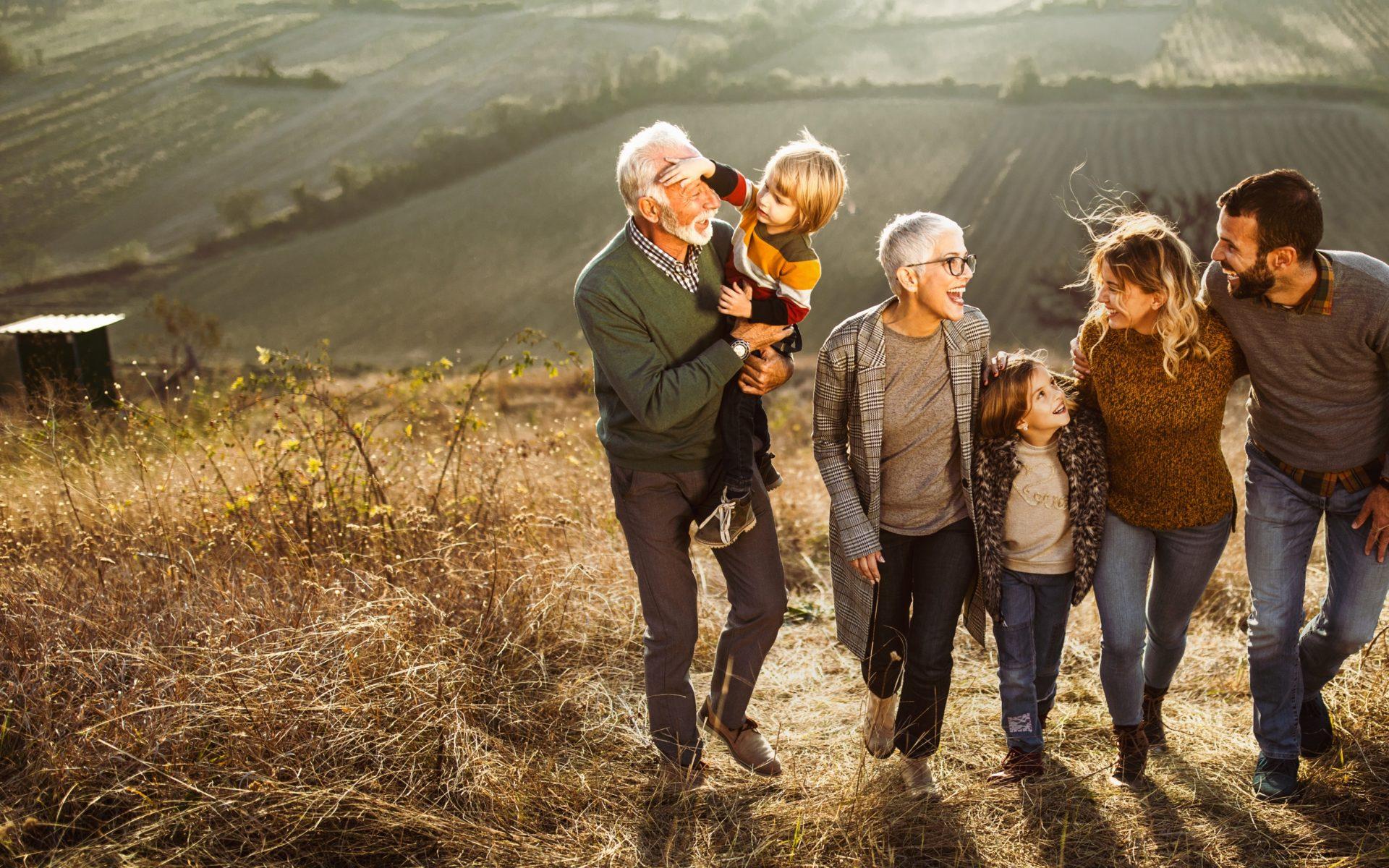 Uśmiechnięta rodzina spaceruje na łonie przyrody - główne zdjęcie Biocodex w Polsce