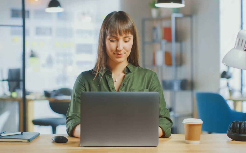 Zdjęcie kobiety pracującej przy laptopie - sekcja Polityka kadrowa Biocodex Polska