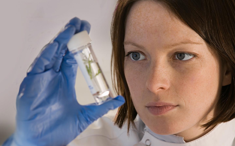 Kobieta naukowiec trzyma w dłoni próbówkę - sekcja Wartości Biocodex Polska