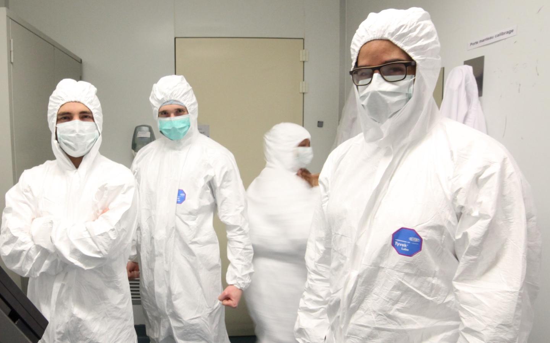 Pracownicy laboratorium Biocodex przestrzegający warunków sanitarnych - zdjęcie poglądowe